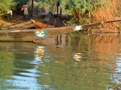 pirogue au bord du fleuve 400x300 a.jpg